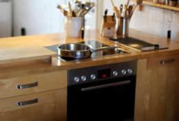 Große offene Küche mit Kochinsel