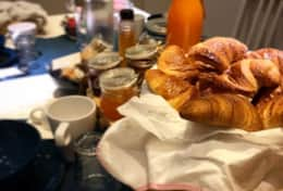 breakfast-table-brioches