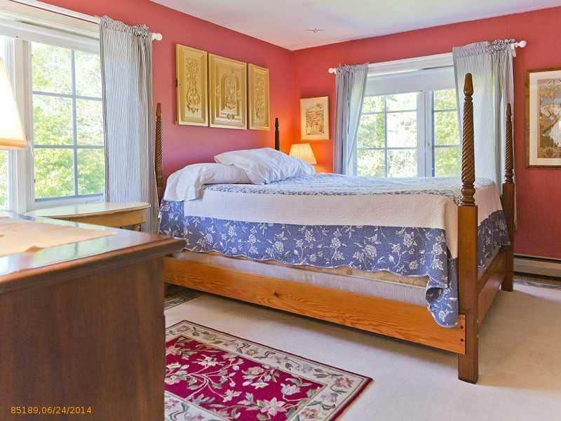 2nd Upstairs Bedroom (Queen)