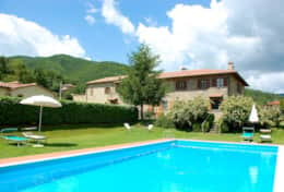 Agriturismo Niccone, farm with spacious apartments for rent sharing a pool