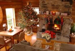 LOG CABIN LIVING ROOM AT HOLIDAY TIME