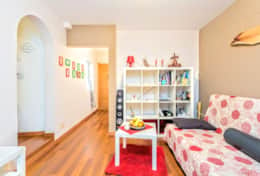 Enter in the apartment in the 3rd floor in the living room with a sofa bed for 2 people to listen so