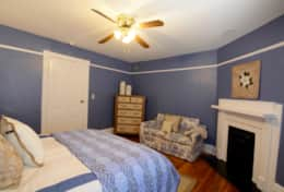 Bedroom 1 (Queen Bed)